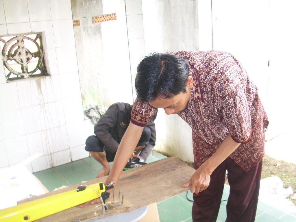 bisa membuat berbagi kerajinan dari kayu. kemudahan mesin ini membuat
